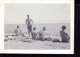 Photo Ancienne ,groupe D'hommes A La Plage - Personnes Anonymes