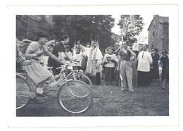 Photo Amateur Jeune Gens à Vélo, Bénédiction D'un Curé, Scouts ? - Photos