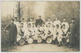 Carte Photo D'un Groupe De Soldats Avec Tambours . Voir Légende (Saintes 1913 ?) - Characters