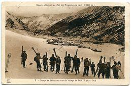 CPA Sépia - Sports D'hiver Col De Puymorens Groupe Skieurs En Vue Du Village De PORTE - Voyagé - France