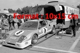 Reproduction D'une Photographie D'une Voiture De Course Sortant D'un Camion Aux 24 Heures Du Mans 1974 - Reproductions