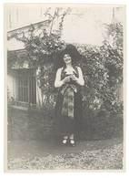 Photo Amateur Femme Costumée En Alsacienne, Alsace - Personnes Anonymes