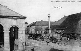 CPA De MYON (Doubs) - La Place. Edition David-Mauvas. N° 491. Circulée En 1909. Présente Un Pli (peu Visible. Flèche). - Altri Comuni