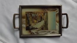 Très Ancien PETIT PLATEAU  Incrusté De D'une Carte Postale De La Ville De DINANT - La Bulle De L'église.    (très Rare) - Verre & Cristal