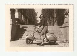 FO--00025-- FOTO ORIGINALE- RAGAZZA IN SELLA DI UNA VESPA PRIMA SERIE 98cc- 1946 ? - Automobili