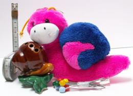 Lot De 2 Escargots - Peluche Rose Et Bleue, Jolies Cornes Jaunes - Porte-piques Céramique, Escargot Sur Feuille - Autres Collections
