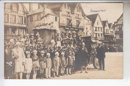 RT13.903  OISE. BEAUVAIS.CARTE PHOTO CHAR DE CARNAVAL AVEC HUTTE DE PAILLE.GROUPE  D'ENFANTS DEVANT MAGASIN DE VETEMENTS - Beauvais