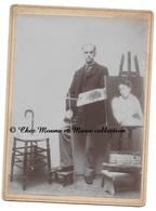 UN PEINTRE AVEC SON OEUVRE ET SA MALETTE DE MATERIEL - CDV PHOTO 13.5 X 18.5 CM - Métiers