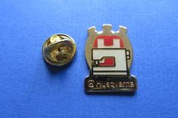 Pin's, HUSQVARNA, Machine à Coudre - Trademarks