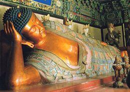 1 AK China * Tempel Des Schlafenden Buddha In Peking - Die 5 Meter Lange Bronzefigur Wurde 1321 Geschaffen * - China