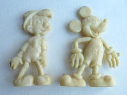 2 FIGURINES PUBLICITAIRES CAFE DONALD 1955 - DISNEY Mickey Et Pinocchio Crème 1 Série Pas Cosmos Jux AVEC CASSE Figurine - Disney