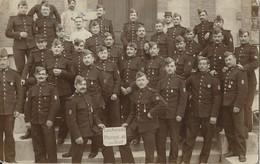 CARTE PHOTO MILITAIRE - GROUPE  - LES ANCIENS DE LA MUSIQUE DU 82 - CLASSE 1907- NON ECRITE - TBE - Personnages