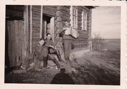 Foto Deutsche Soldaten Mit Ziehharmonika - 2. WK - 7,5*5cm  (38019) - Krieg, Militär