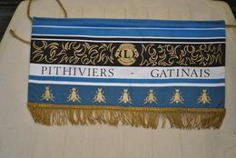 Rare Fanion Lion's Club Pithiviers Gatinais - Organisations
