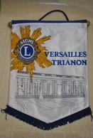 Rare Fanion Lion's Club Versailles Trianon - Organizations