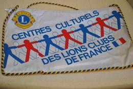 Rare Fanion Lion's Club Centres Culturels Des Lions Clubs De France - Organizaciones