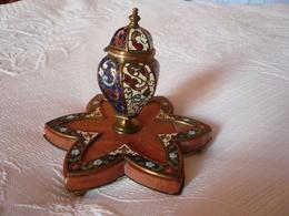 Magnifique Encrier En Cloisonné Et Marbre Sur Une Base Héxagonale Avec 3 Pieds En Bronze Fin XIXè - Inkwells