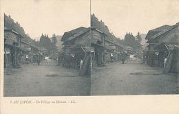 AU JAPON - N° 8 - UN VILLAGE AU HAKONI (CARTE STEREOSCOPIQUE) - Cartes Stéréoscopiques