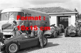 Reproduction D'une Photographie Ancienne De Mécaniciens Avec Ferrari 555, Ferrari Lancia D50 Au Grand Prix De Monza 1955 - Reproductions