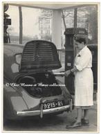 RENAULT 4 CV IMMATRICULEE 9215 RS SEINE PARIS PREMIERE COURONNE - STATION ESSENCE BP CARBURANT - PHOTO 18 X 24 CM - Automobiles