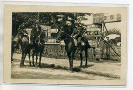 CARTE PHOTO  Boutique De PHOTOGRAPHE Cavaliers Sur Leurs Chevaux Appareil Sou Le Parasol   Et Publicités      /D05-S2017 - Cartes Postales