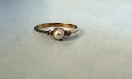 Bague En Plaqué Or Poinçonnée Ornée D'une D'une Perle D'eau Douce Et  2 Oxydes Blancs Neuve Taille 52 - Rings