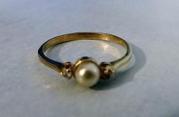 Bague En Plaqué Or Poinçonnée Ornée D'une D'une Perle D'eau Douce Et  2 Oxydes Blancs Neuve Taille 53 - Bagues
