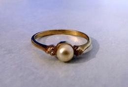 Bague En Plaqué Or Poinçonnée Ornée D'une D'une Perle D'eau Douce Et  2 Oxydes Blancs Neuve Taille 50 - Rings