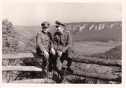 Foto 2 Deutsche Soldaten Auf Aussichtspunkt - 2. WK - 12*8cm  (38023) - Krieg, Militär