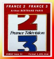 SUPER PIN'S FRANCE 2 - FRANCE 3 : Signé Arthus BERTRAND Pour FRANCE TELEVISION En ZAMAC Base Or, Format 1,2X1,2cm - Arthus Bertrand