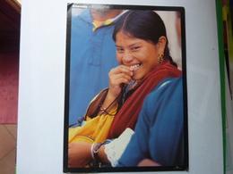"""Ein Lachendes Otavalo Mädchen Bei Der """"Plaza De Los Ponchos"""" - Equateur"""