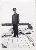 Foto Deutscher Soldat Mit Schirmkappe Und Sandsäcken - 2. WK - 8*5,5cm  (38038) - Krieg, Militär
