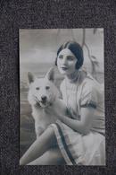 Jeune Femme Au Collier De Perle Avec Son Chien - Femmes