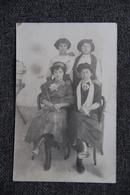 Carte Photo De Quatre Jeunes Femmes Curieusement Vêtues. - Femmes