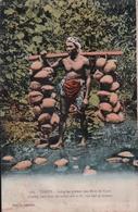 TAHITI Indigène Portant Des Noix De Coco - Polynésie Française