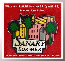 SUPER PIN'S VILLE BALNEAIRE : SANARY-sur-MER (VAR 83) Station De Bord De Mer Signé GRAFIC PUB En émail Base Noire Vernis - Villes