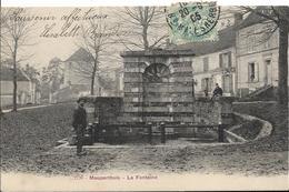 D77 - MAUPERTHUIS - LA FONTAINE - Enfant Sur Le Mur - Homme Avec Un Seau Devant La Fontaine - Autres Communes