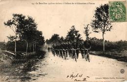 CPA MILITARIA - LE BATAILLON CYCLISTE ROULANT A L'ALLURE DE 16 KILOMETRES A L'HEURE - Regiments
