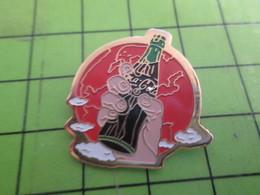 916a Pin's Pins /  Belle Qualité Et Rare / THEME COCA-COLA : MAIN BRANDISSANT UNE BOUTEILLE DE COKE GLOBE TERRESTRE - Coca-Cola