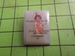 1012c Pin's Pins /  Belle Qualité Et Rare / THEME MEDICAL : INFIRMIERE SEXY ECOLE CLERMONT FERRAND 91-94 - Medical