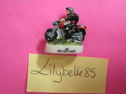 Feve En Porcelaine - POMPIER A MOTO - Serie SAPEURS POMPIERS 2010 ( Feves Figurine Miniature ) - Characters