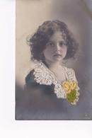 Fillette Avec Col Et Fleurs En Brodé - Portraits