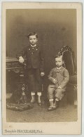 CDV 1860-70 Théophile Brackelaire à Tournai . Deux Jeunes Garçons Et Un Petit Chien . - Anciennes (Av. 1900)