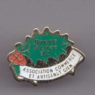 Pin's Bonne Année 92 Association Commerce Et Artisanat De Gien Dpt 45  Réf 7026JL - Associations