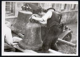 C0153 - Foto - Snapshot Schnappschuß - PKW - Framo ?? Menschen Verladen Glocken Kirchenglocken - Fotografie