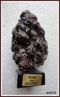 GRENAT Dans MICACHISTE Sur Socle Bois - 10 X 6 X 4 Cm - Minéraux