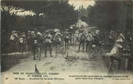 TOUR DE FRANCE CYCLISTE PEUGEOT Et WOLBER 1910 10 Eme étape  Le Peleton Escaladant Apres Saint Jean D'Angely - Cyclisme