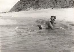 Photo Originale FKK, Nudisme & Naturisme - Charmante Pin-Up Se Baignant Les Seins Nus Sur Le Ventre Vers 1960/70 - Nue - Pin-up