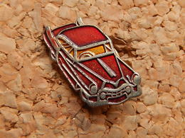 Pin's - VOITURE ROUGE - Badges