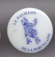 Pin's En Porcelaine Thoscas Limoges Le Pavillon De La Porcelaine Femme Avec Un Perroquet Réf 7647JL - Pin's